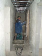 13.3.2010 Jirka měl co dělat, děr v podlaze a stěnách je víc než dost.