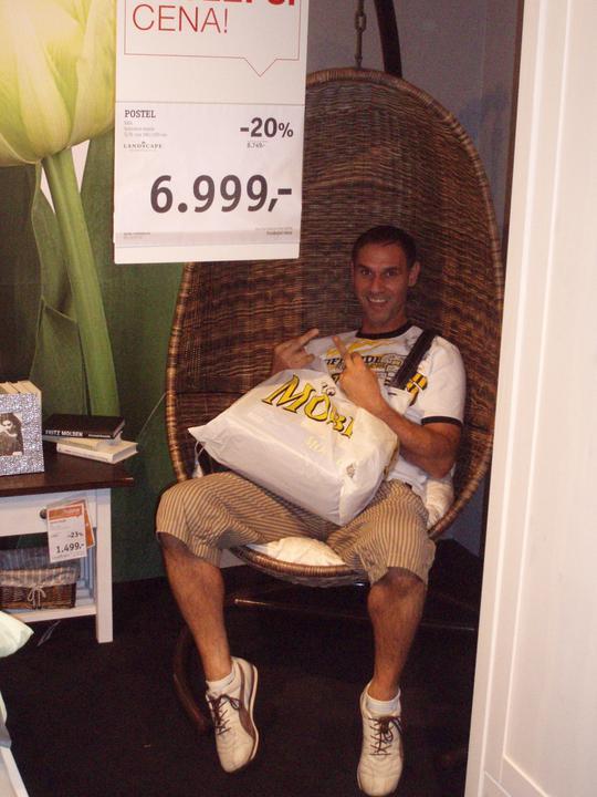 Manžel vyjadřuje svůj postoj k celodennímu nakupování, ale tu houpačku prý nutně potřebuje