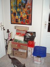 11.10.2010 Už balíme, tohle jsou jen Vánoce :-), stejné množství cetek mám i na Velikonoce :-)-ještě přibyla krabice s vánoční keramikou