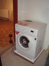 Chudák má nová pračka, je na hanbě, ale už prala a moc dobře.