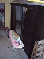 sklep-v tomhle bordelu teď žehlíme, skříň je z původní ložnice, teď nedocenitelný úložný prostor