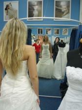 Dne 2.2.2008 jsme znovu objížděly svatební salóny, tentokrát se dvěmi  nejlepšími kamarádkami a zároveň družičkami.