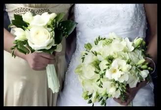 Kytičky pro maminky a pro babičky jen v kombinaci s růžovou 4 ks cca. 430,- za kus i moje kytička je stejná jako ta nevěsty, zase s růžovou.Foto od jirinky.v