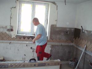 25.4.2010 okno v kuchyni s provizorním sklem a nové obklady.