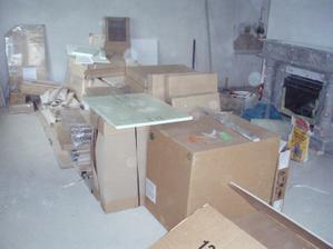 Naše kuchyň v krabicích, stále v krabicích :-(