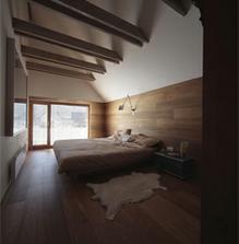 ...táto miestnosť sa mi zdá chladná, ale ten výsoký strop má svoje čaro