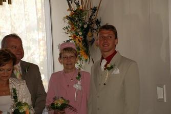 ženich s maminkou a jejím partnerem Pepíkem čekají před obřadem