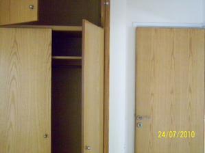 za dverami je tajna miestnost