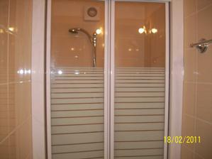nasa mala kupelnicka pri spalni, uz sa tesim na sprchu s dverami a nie zavesom:)))