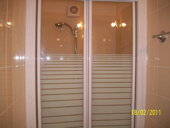 Takto pokracujeme.... - nasa mala kupelnicka pri spalni, uz sa tesim na sprchu s dverami a nie zavesom:)))