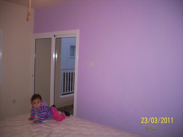 Takto pokracujeme.... - nafarbili sme aj stenu oproti nafialovo, citim sa tam super:)