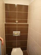stejny obklad je i v koupelne, podlahy jsou tmavohnede, jedna zed take tmavohneda, zbytek svetly. zadne vzory ani listely!!!