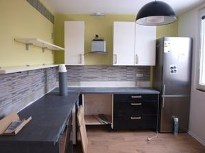 Chtela jsem predevsim, velku pracovni plochu, na ukor ulozneho mista a prakticnosti. mam rada vzdusne nepreplnene kuchyne.