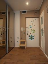 Půodní šeredné panelákové dvěře s dekorem nedefinovatelného dřeva jsem natřela a polepila společně s okolní zdí.