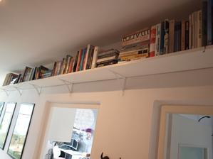 A máme knihovnu :) Dohromady asi 11m polic na knihy! Vyrobili jsme si ji s pritelem sami..... vingly za 17 Kč, a police cca po 3m z Hornbachu asi po 300 Kč, Dohromady asi 1350 Kč