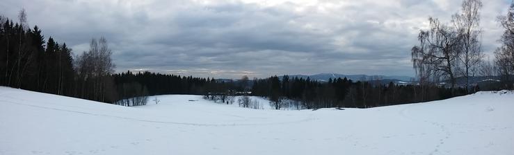 Ta chata dole je náš mejdan-plac z venku, výhled na Ještěd a Jizerské hory ... z místa obřadu
