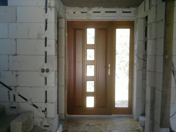 Nas domcek :) - uz mame aj dvere a elektrinu