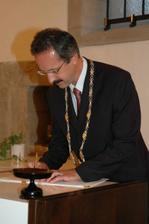 vše stvrzeno podpisem pana starosty, který nás oddával