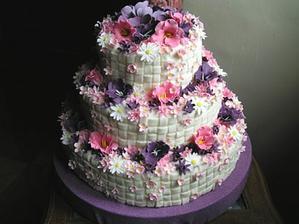 krásný dort jen v lila barvě a smetanové
