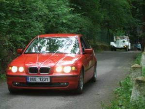 BMW s ženichem a za ním veterán s nevěstou - Tatra 75