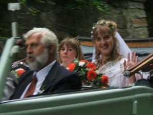 Cesta nevěsty na hrad vzbuzovala náležitou pozornost všech kolemjdoucích