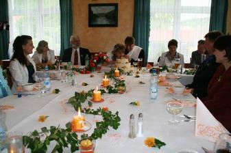 Výzdoba svatební tabule se v restauraci moc povedla