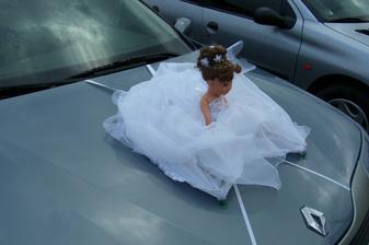 Panenka na autě
