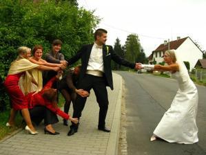 4 hodiny po svatbe a uz se o nej musim pretahovat