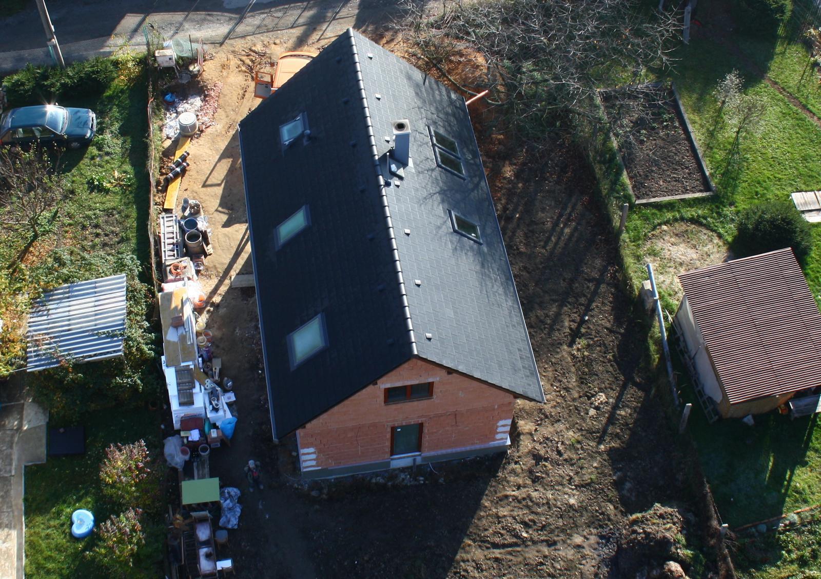 Stavba - Venku menší bordýlek - všechno musí z domu ven, budou se lít podlahy.