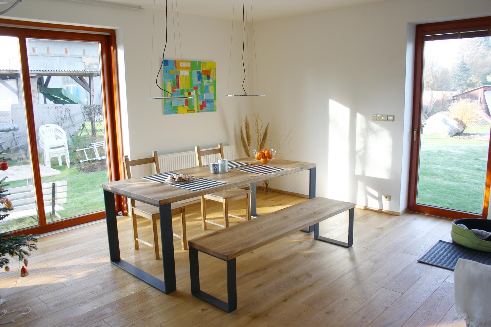 (Téměř) hotovo - Ježíšek přinesl nový stůl a lavici...........dělal pan truhlář Kulhánek http://www.kulhanek-nabytek.cz/ podnoží masivní ocel, desky 5 cm dubové fošny, olejováno, 90 x 200 cm