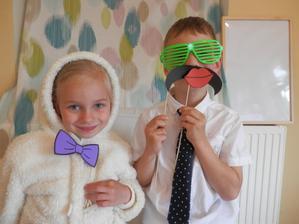 Dětičkám se fotorekvizity hodně líbili, pořád je někdo musel fotit :-D a teda nejen je.. i moje kamarády...