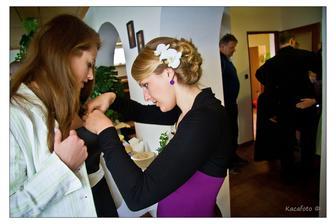 Svědkyně mašličkuje svatebčany... moji švagrovou :-D