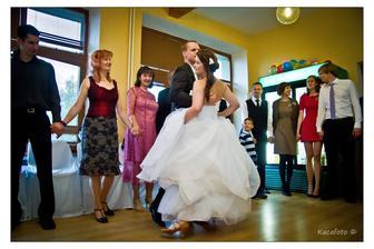 první tanec... no... moc nám to nešlo, málo místa a pořád jsem si šlapala na šaty