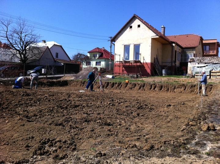 """Staviame """"pasívny"""" dom """"svojpomocne"""" - 15/4/13 - Začíname!!! zarovnalo sa a zameralo sa"""