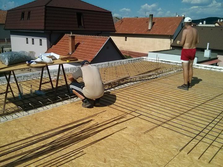 """Staviame """"pasívny"""" dom """"svojpomocne"""" - 03/08/13 Sobota 37 C, Marek a Jožo drátikujú, kamaráti na nezaplatenie."""