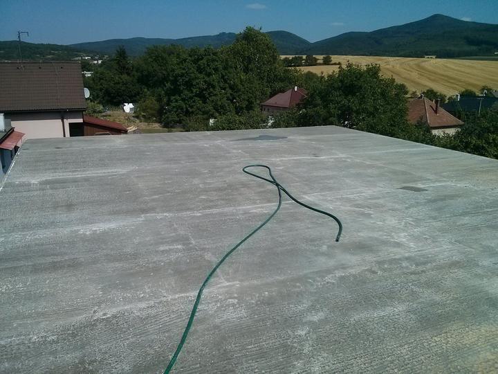"""Staviame """"pasívny"""" dom """"svojpomocne"""" - 07/08/13 Konečne, posledná deka za nami !!! Ráno počas betonáže 26 C, počas dňa až 37 C....polievali sme snáď každé 2 hod."""