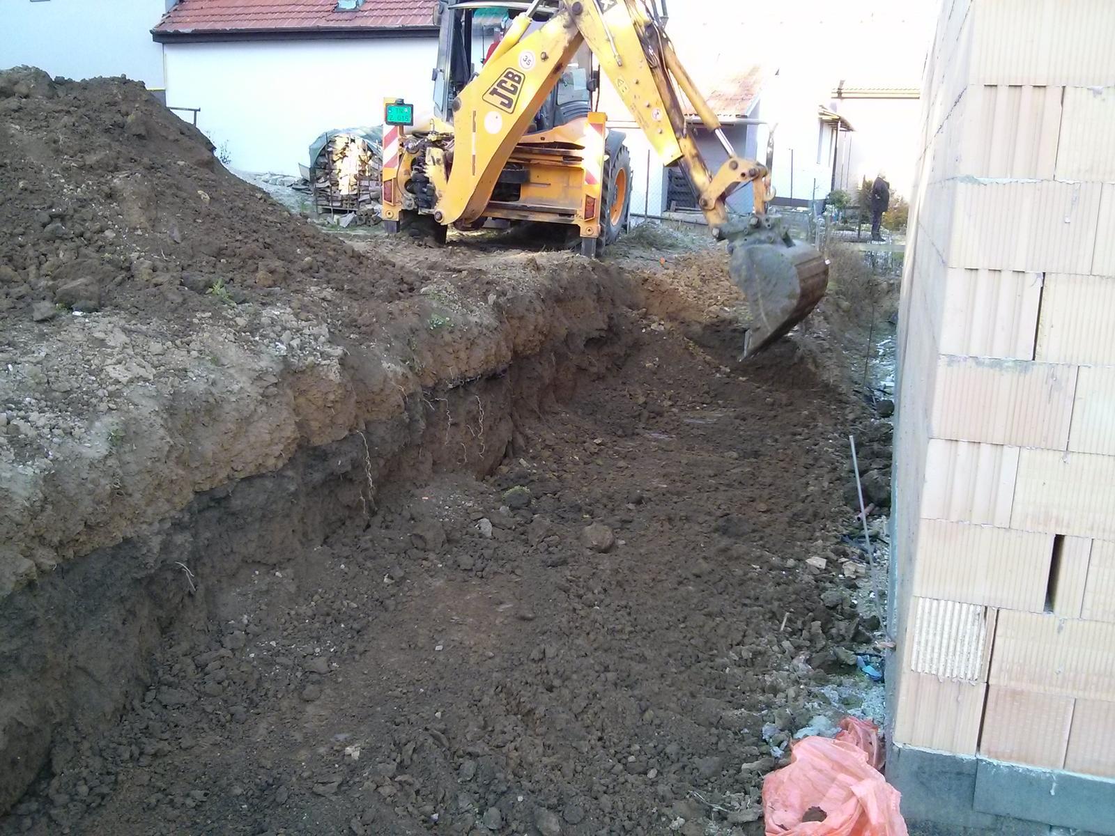 """Staviame """"pasívny"""" dom """"svojpomocne"""" - 08/10/13 - bager pripravuje miesto pre budúci oporný múr, ktorý robíme so susedmi"""