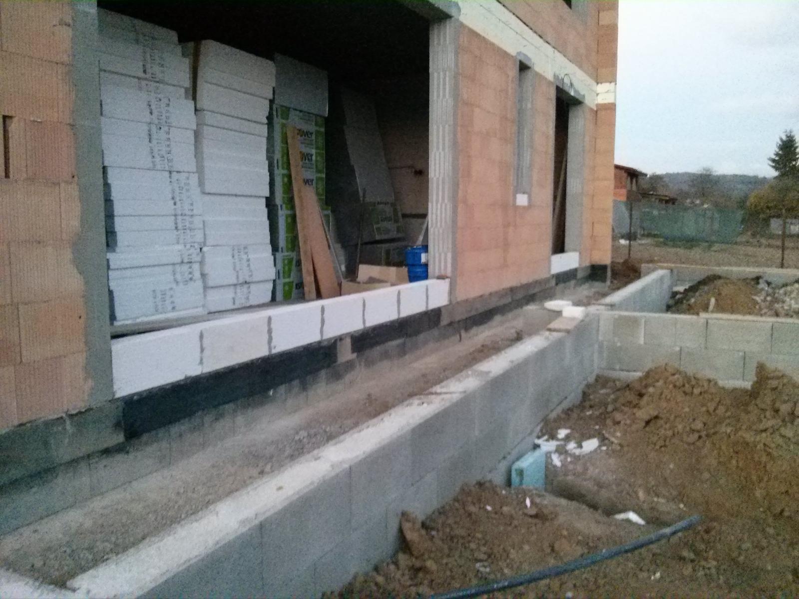 """Staviame """"pasívny"""" dom """"svojpomocne"""" - 25/10/13 - základ hotový, zvyšok dokončíme až keď budú hotové podlahy vo vnútri"""