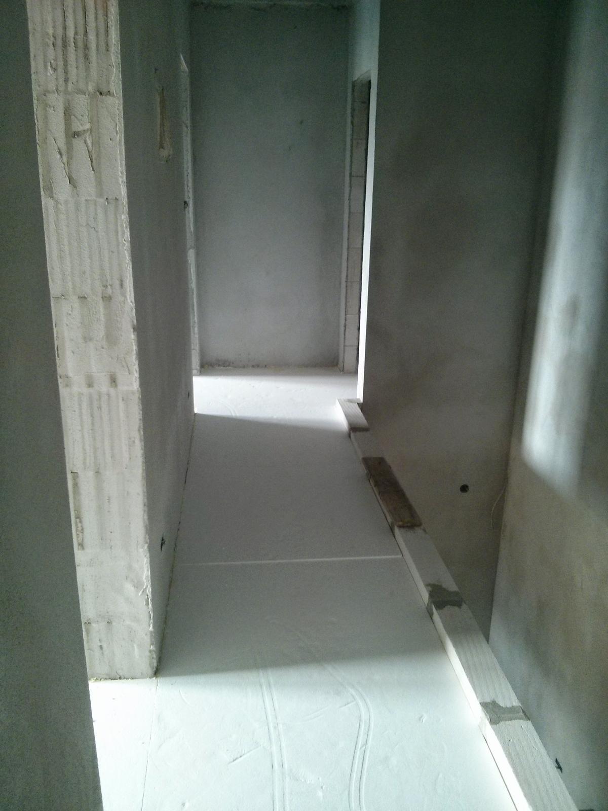 """Staviame """"pasívny"""" dom """"svojpomocne"""" - na poschodi davame 4 cm polystyren, potom pride na to 6 cm betonoveho poteru s podlahovkou"""