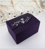 Svatební krabička na výslužku, která se dokonale hodí do setu k svatebnímu oznámení G910A. Je možné ji pořídit i v hnědé barvě.