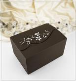 Hnědá svatební krabička na výslužku s kytičkami a kamínky na klopě.