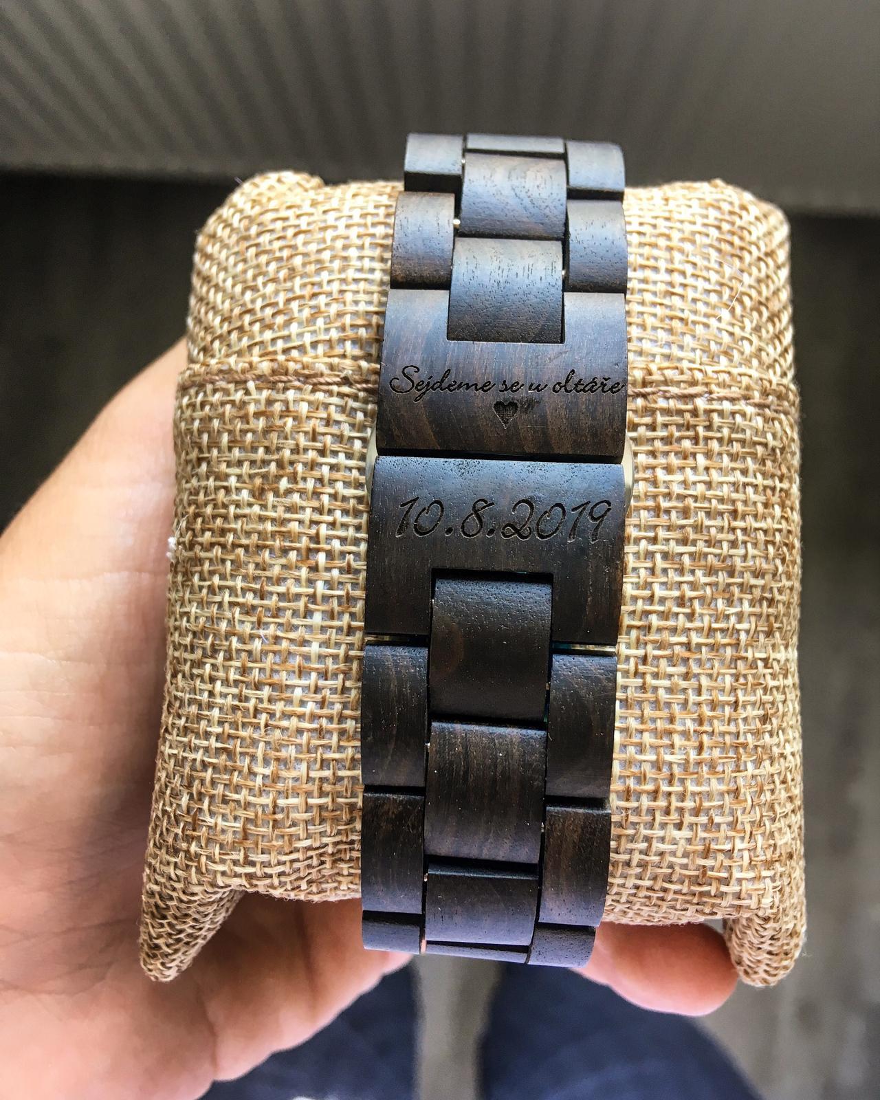 Svatební doplňky - dřevěné hodinky, náramky či brýle s vlastním gravírováním od WoodHood - WoodHood - dřevěné hodinky s vlastním gravírováním aneb Sejdeme se u oltáře
