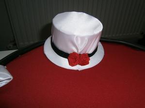 klobouček z  dekorace na auto ženicha