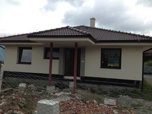 Od včera mame už aj fasadu sice ešte bez kameňa ale vyzera super:)