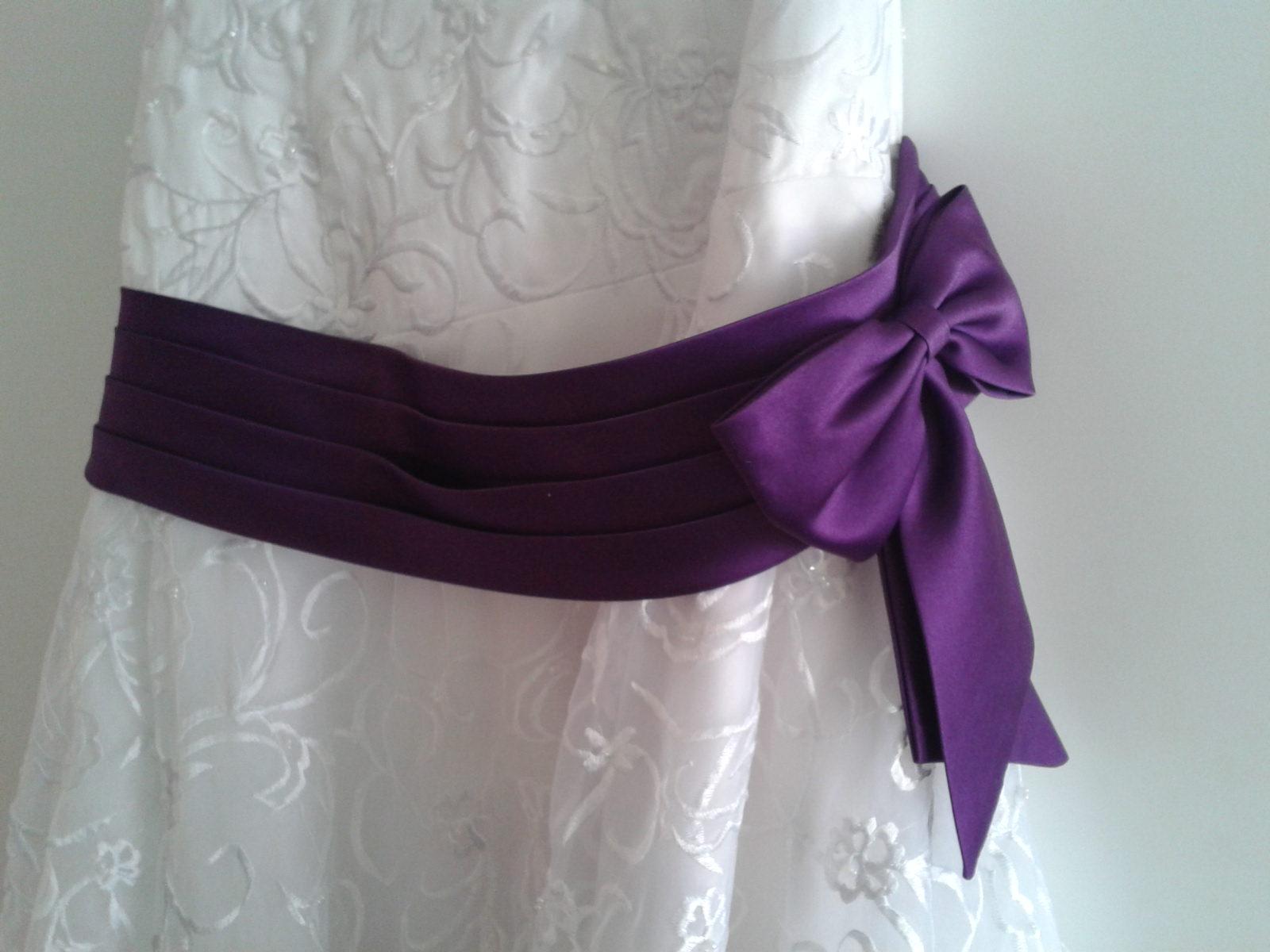 svatební šaty s fialovou mašlí - Obrázek č. 4