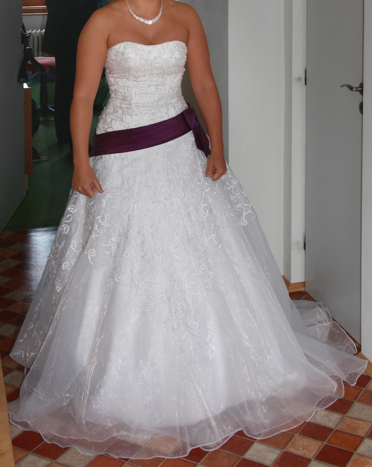 svatební šaty s fialovou mašlí - Obrázek č. 1