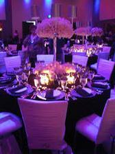 urcite okrule stoly a v strede vysoka vaza so zivymi kvetmi, aby hostia na seba videli a nemuseli sa naklanat :-)