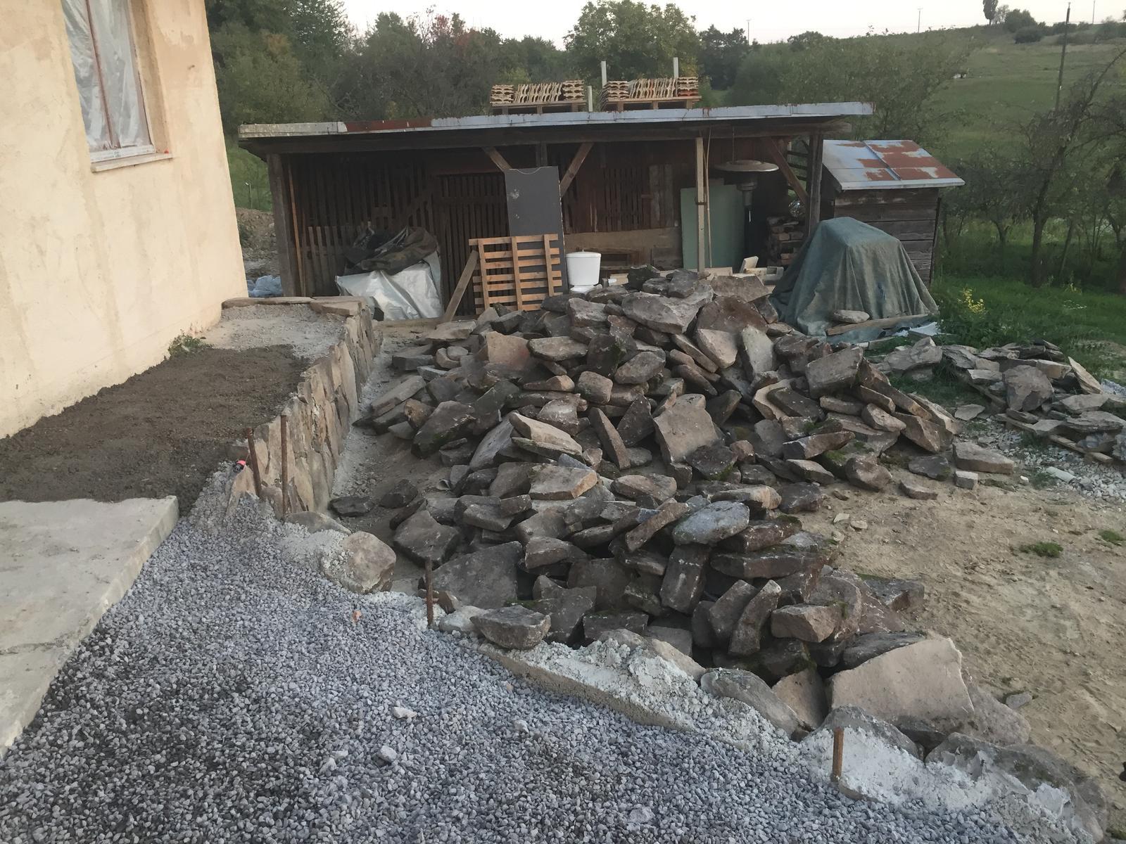 HACIENDA NAPOLI SEBECHLEBY - z tejto haldy kamena vznikne murik, terasa a chodnik