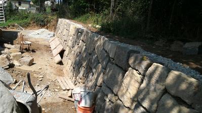 kamos zbural stary dom...skoda ten kamen vyhodil len tak do cesty.tak sme postavili oporny mur