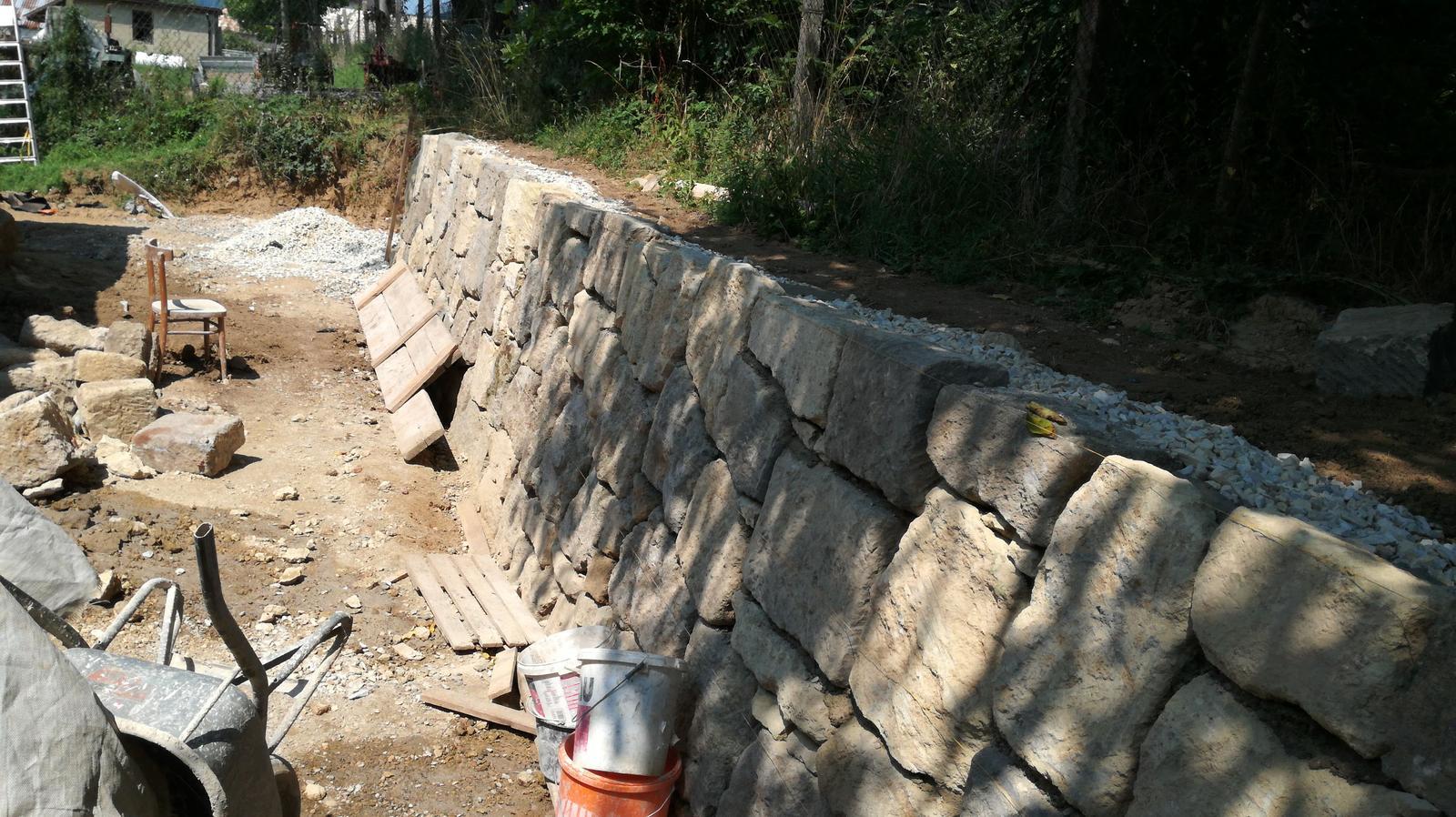 HACIENDA NAPOLI SEBECHLEBY - kamos zbural stary dom...skoda ten kamen vyhodil len tak do cesty.tak sme postavili oporny mur